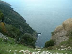Ada.Tepeden kayalıklar